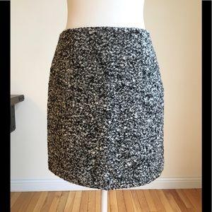 Beautiful Tahari wool blend boucle' skirt!